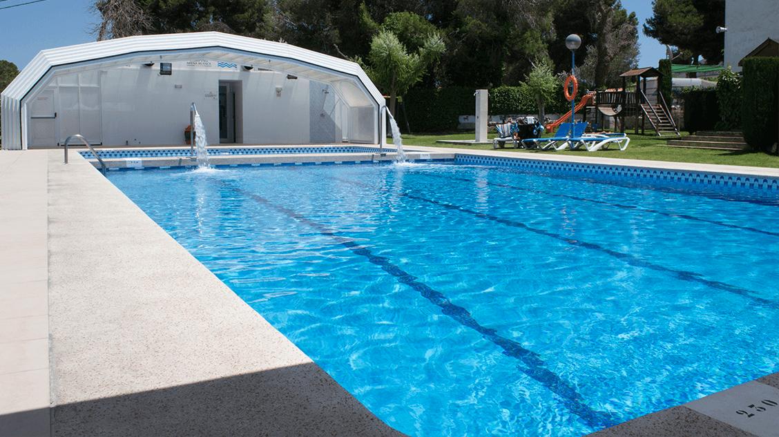 arena blanca camping con piscina