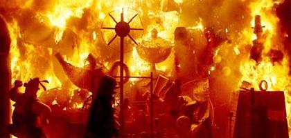 Fallas quemándose en Benidorm