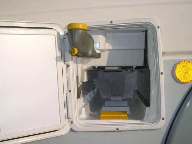 Depósito externo extraído caravana WC químico